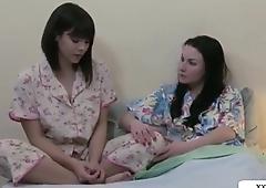 порно лезбиянки  доводят друг друга до аргазма