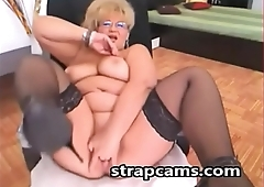 Webcam Beautiful Busty Blonde Granny with Glasses Pleseared on Webcam